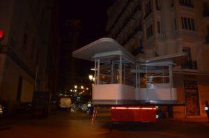 Instalación quiosco Atocha suspendido en el aire