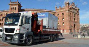 Trabajo grúa quiosco helado en Las Ventas cargado en camión