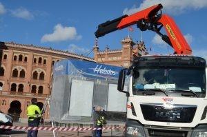 Trabajo grúa quiosco helado en Las Ventas en aire