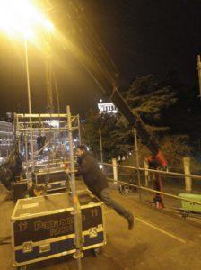 Operario realizando trabajo montaje luces Navidad en Plaza Cibeles